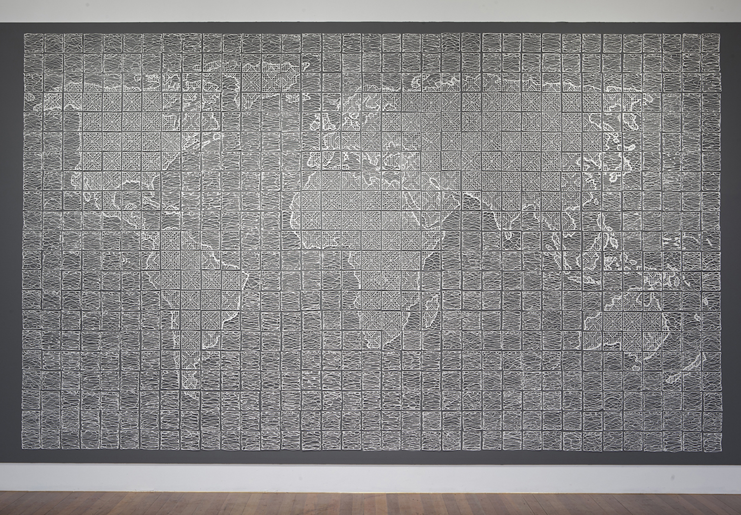Isabel Ferrand, World Lace, 300x500cm, 740 porseleinen tegels (2013)