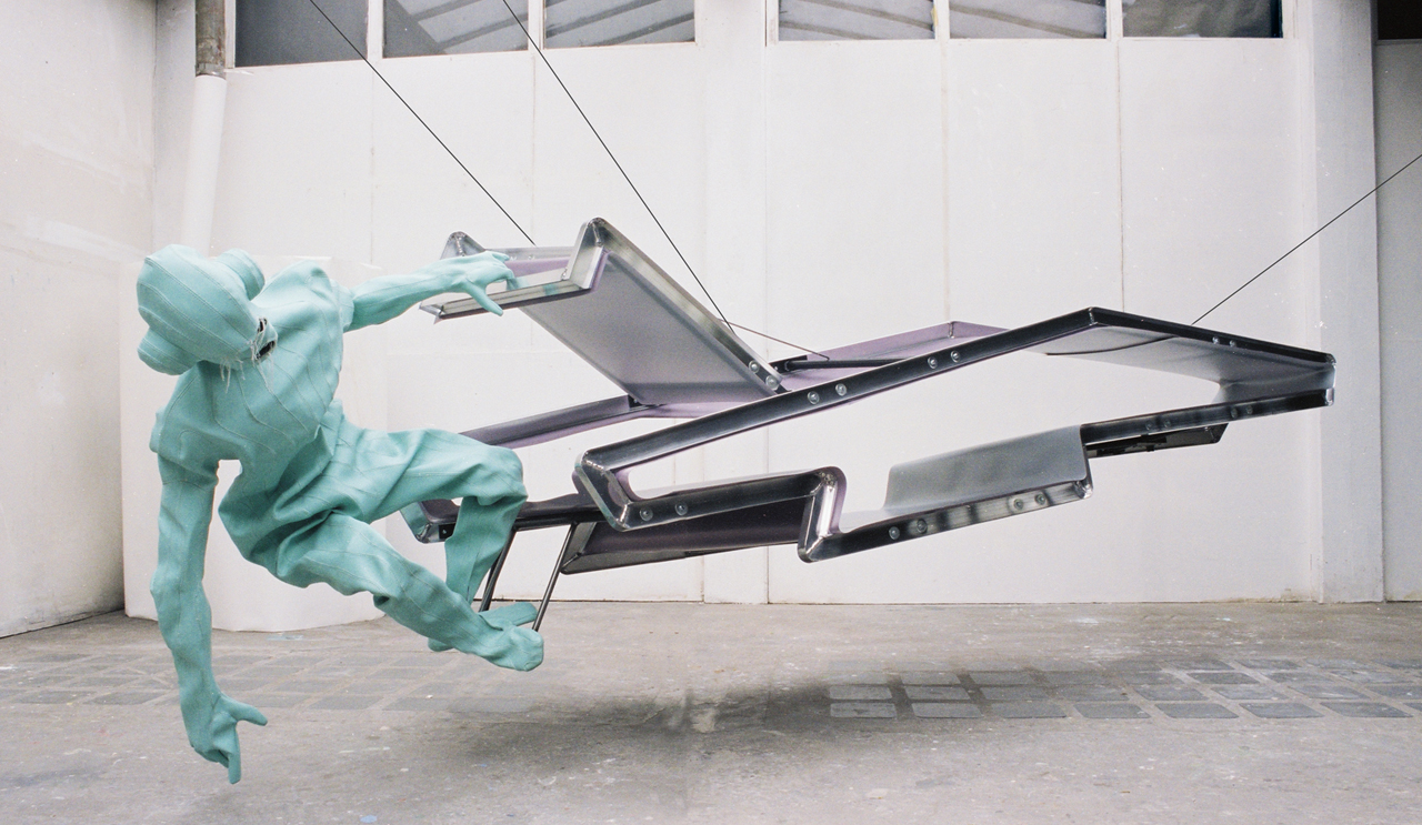 Checking the ground while hanging from my hatch. – aluminium, staal, plastic, kunstleder, textiel.  – ca. 300 x 500 x 120 cm - 2005.