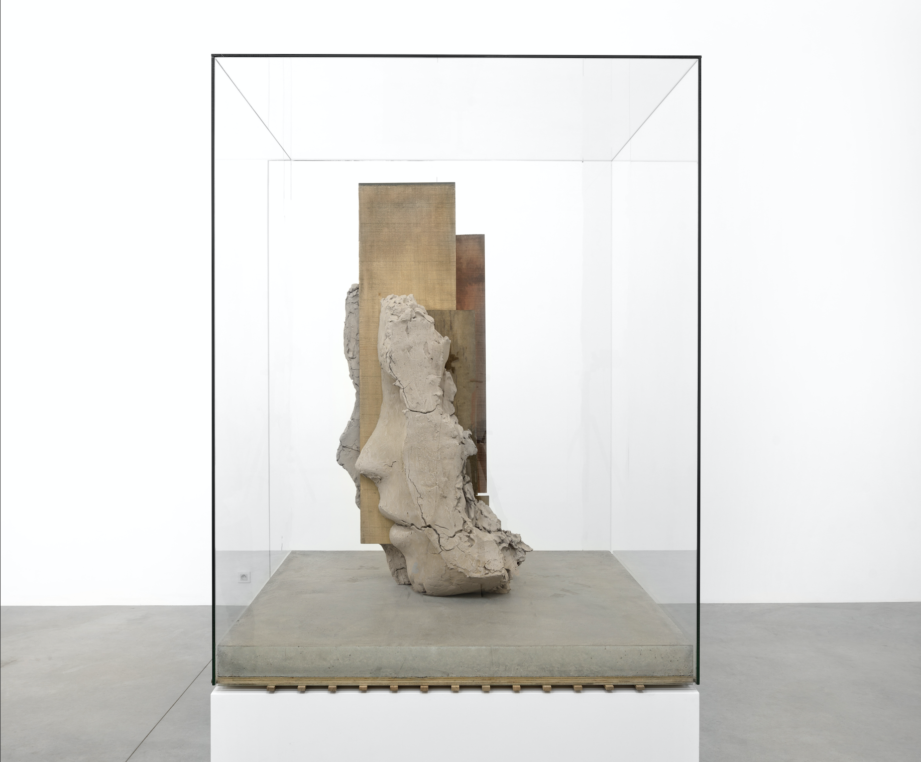 Mark Manders, Dry Clay Head on Concrete Floor. foto: Lotte Stekelenburg